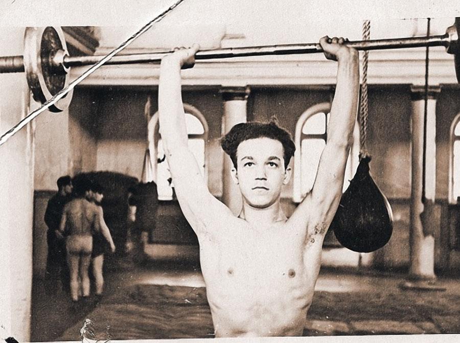 Чемпион Днепропетровска по боксу среди юношей Иосиф Кобзон, 1954 год.