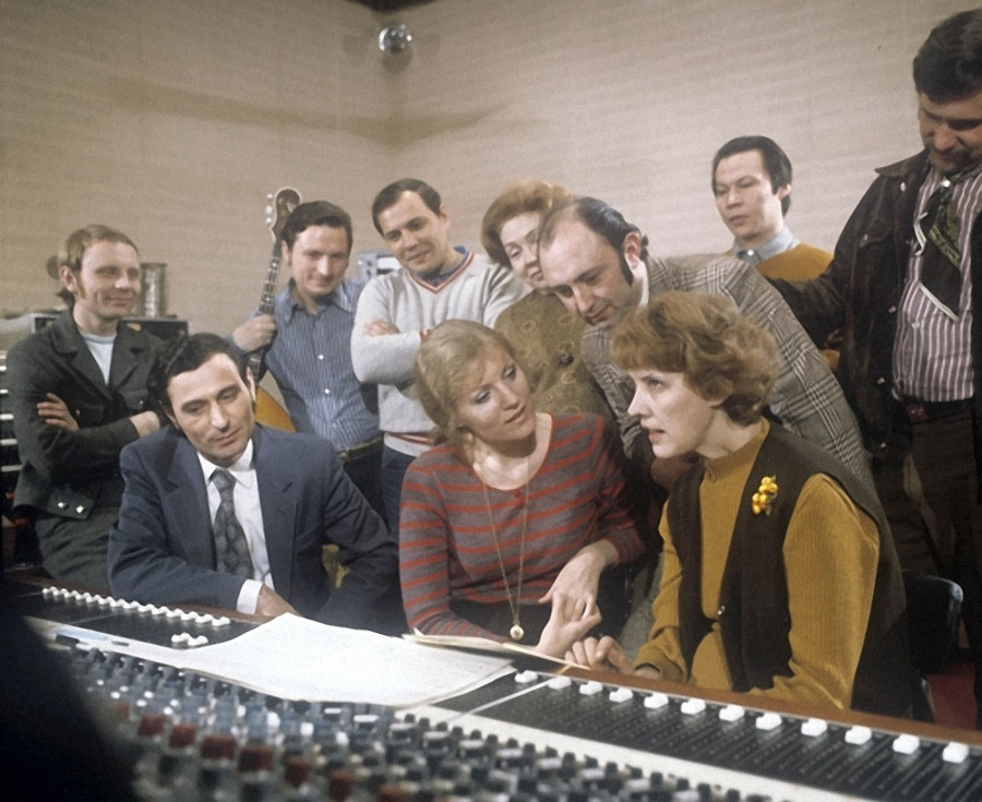 """Анна Герман (в центре) в студии записи """"Мелодия"""", 1975 год."""