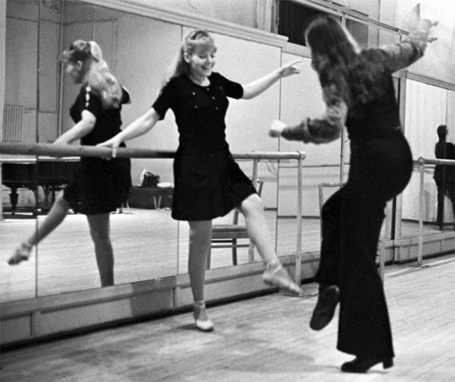 Актриса Ленинградского театра музыкальной комедии Людмила Сенчина (слева) на занятиях в балетном классе. 1974 год.
