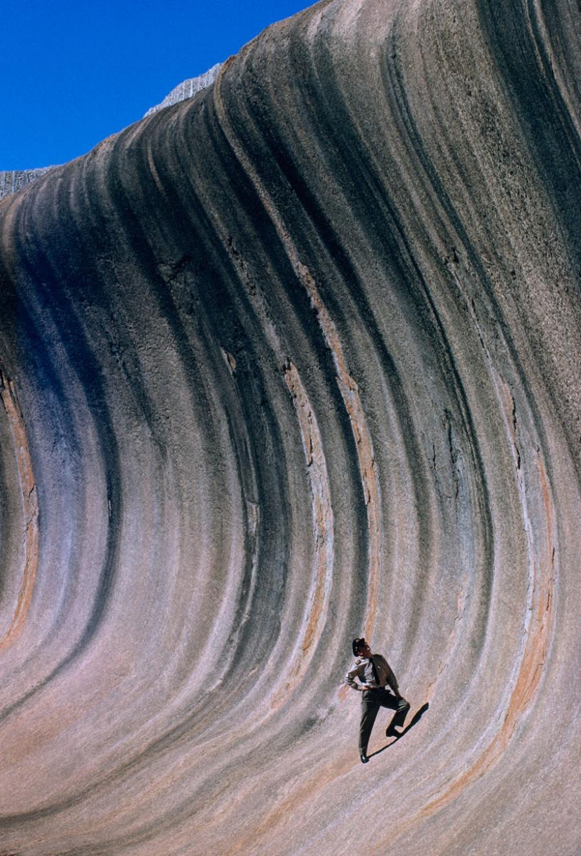 Скала Каменная волна, сформированная ветрами и дождями, возвышается над равниной в Западной Австралии, сентябрь 1963