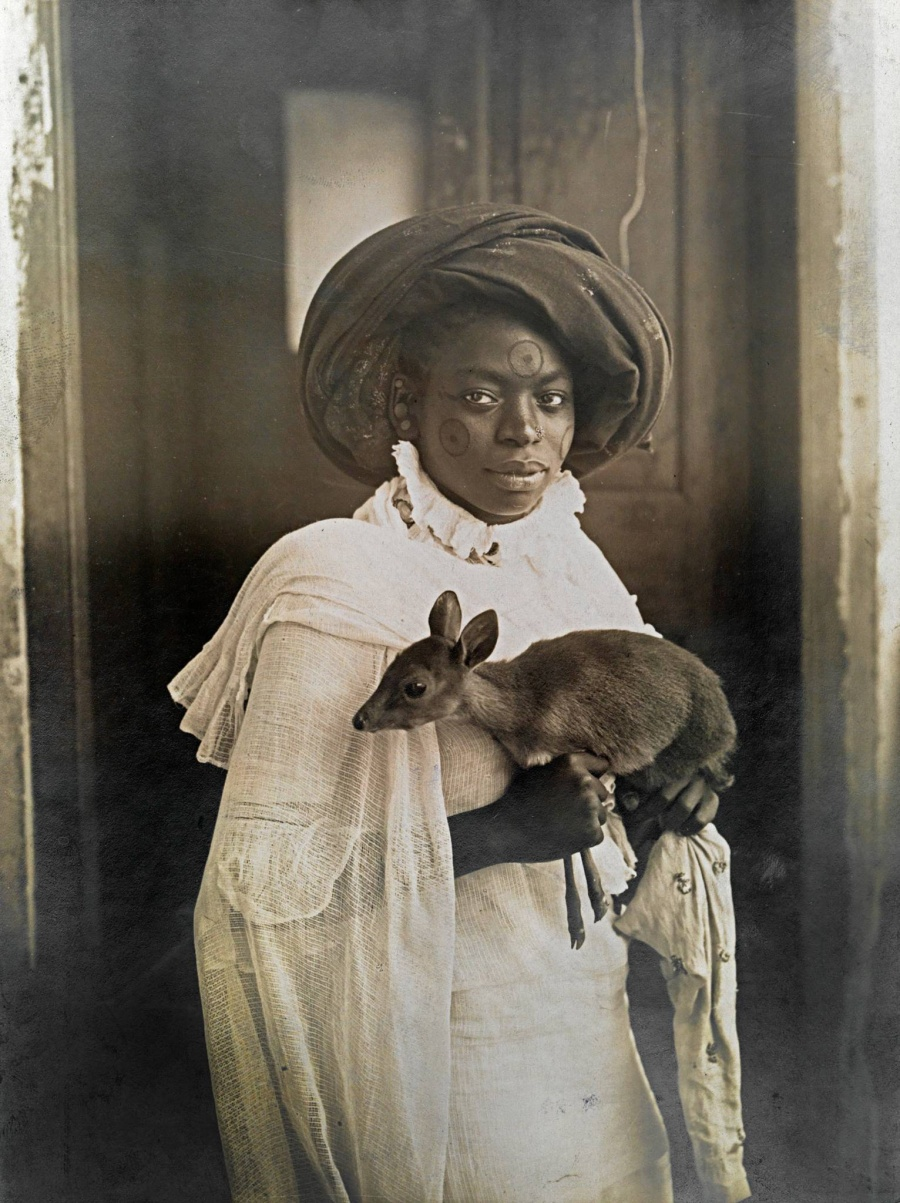 Молодая кенийская женщина держит в руках своего домашнего оленя, Момбаса, март 1909
