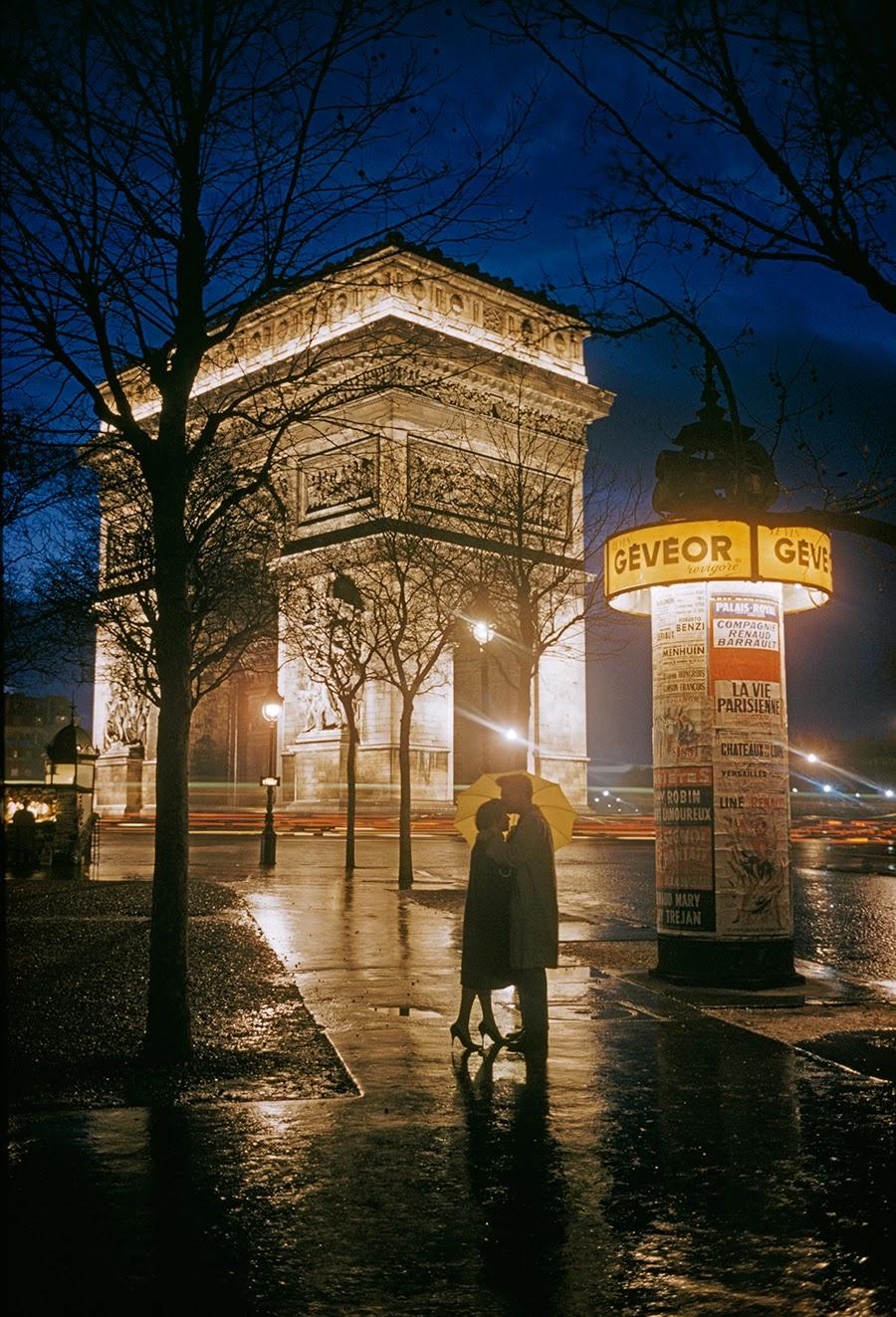Влюбленные стоят перед Триумфальной аркой в Париже, Франция, 1960