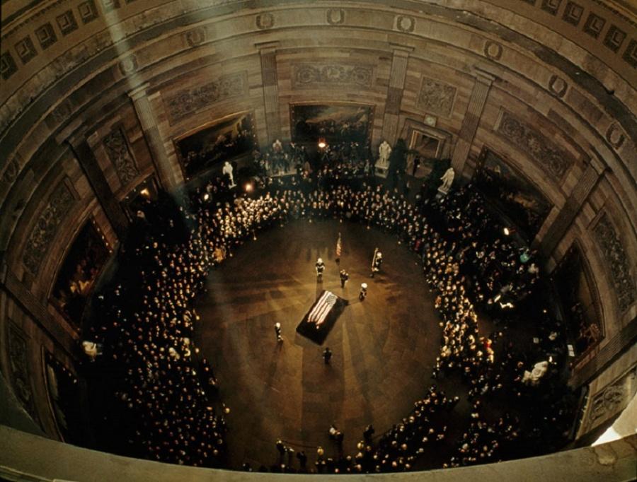 Гроб с телом Джона Кеннеди под куполом Капитолия, ноябрь 1963