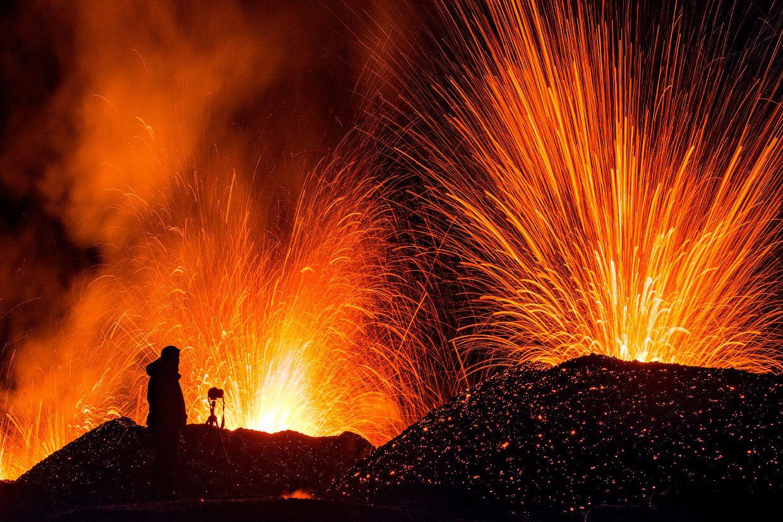 Когда вулкан Питон-де-ла-Фурнез извергается это действительно похоже на врата ада. Судите сами.