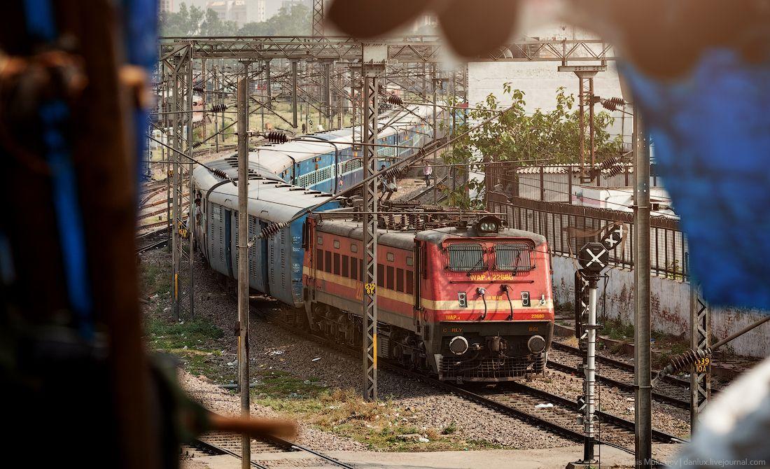 """Индийский железнодорожный локомотив, который мог бы появиться в фильме """"безумный Макс"""": по внешнему виду очень тяжелый."""