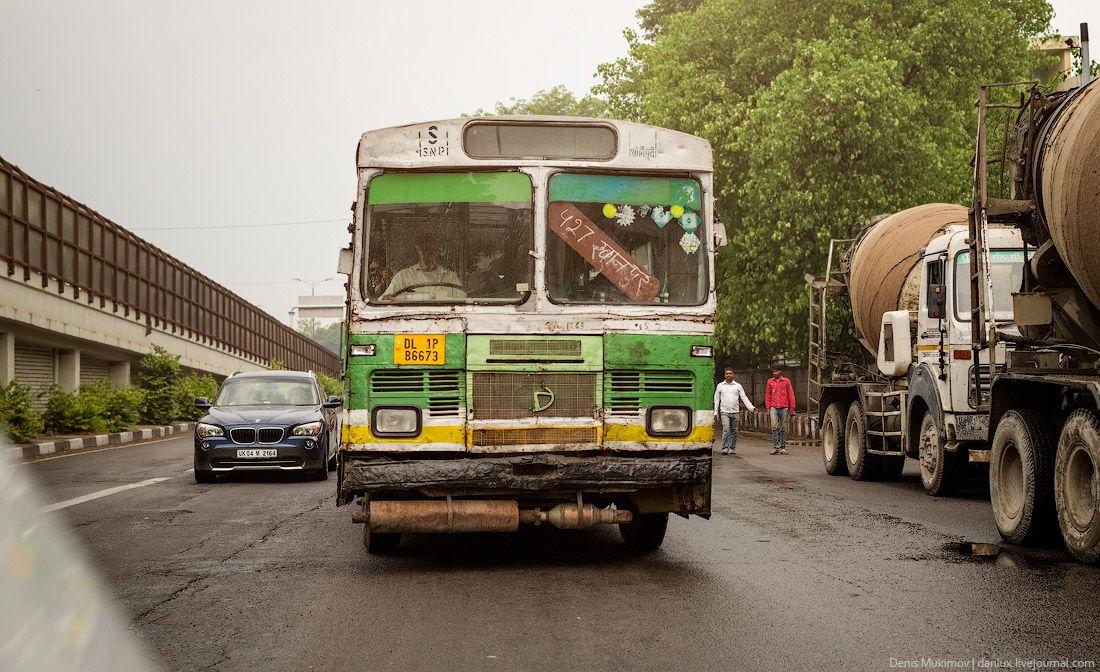 Поезд выглядит довольно страшно, школьный автобус не лучше.