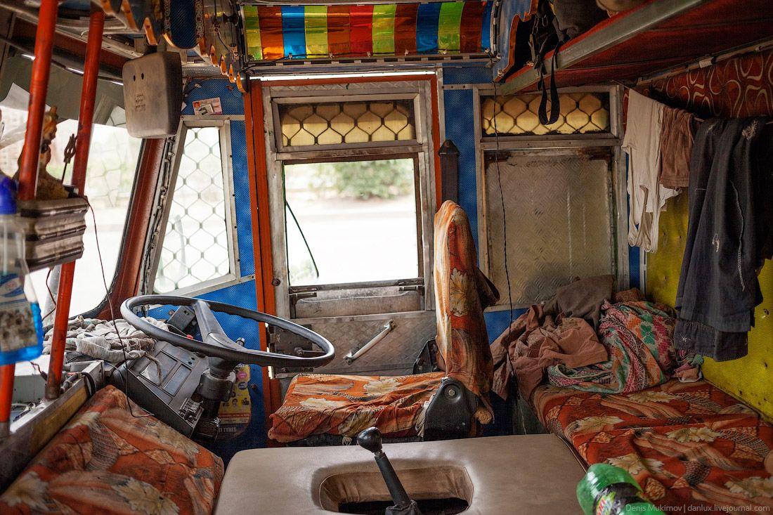 Внутри кабины грузовиков смотрятся как-то скромно. В Индии не украшают салон портретами обнаженных женщин.
