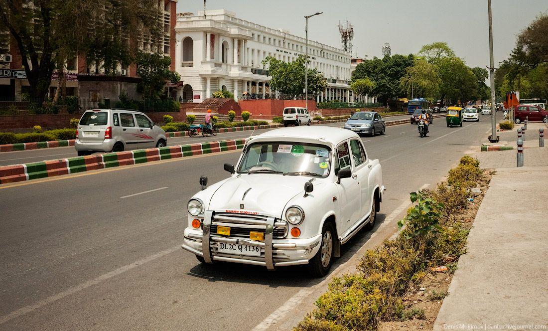 Хороший автомобиль. Особенно хорошо выглядит выглядит на фоне колониальной архитектуры Дели.