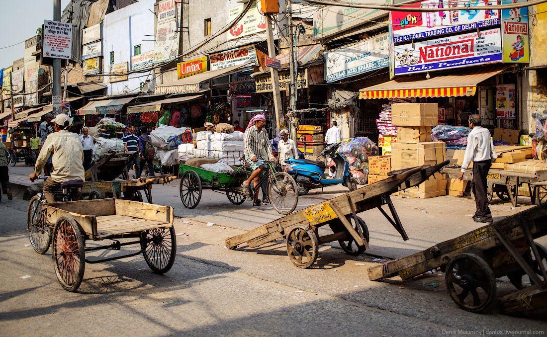 Часто встречаются рикши для перевозки грузов. На улицах стоит много таких транспортных средств.