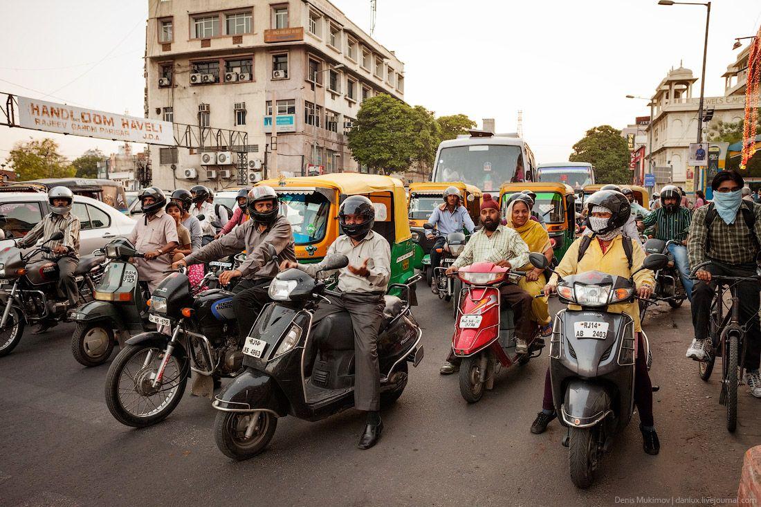 Распространены в Индии небольшие мопеды, мотоциклы встречаются реже.