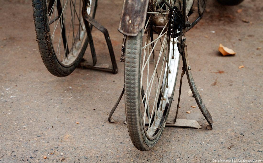 """Велосипеды, их очень много, все старые и ржавые, напоминают Советские """"Урал"""" или """"Спутник""""."""