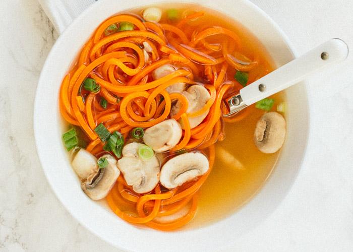 Луковый суп на бульоне с морковкой