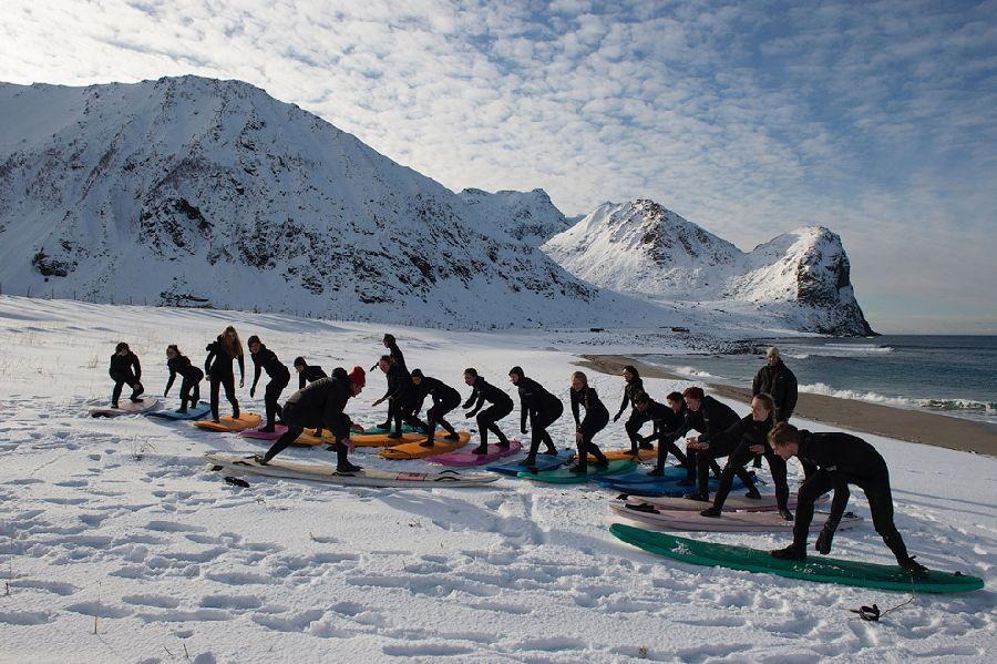 Необычно видеть доски для серфинга на снегу.