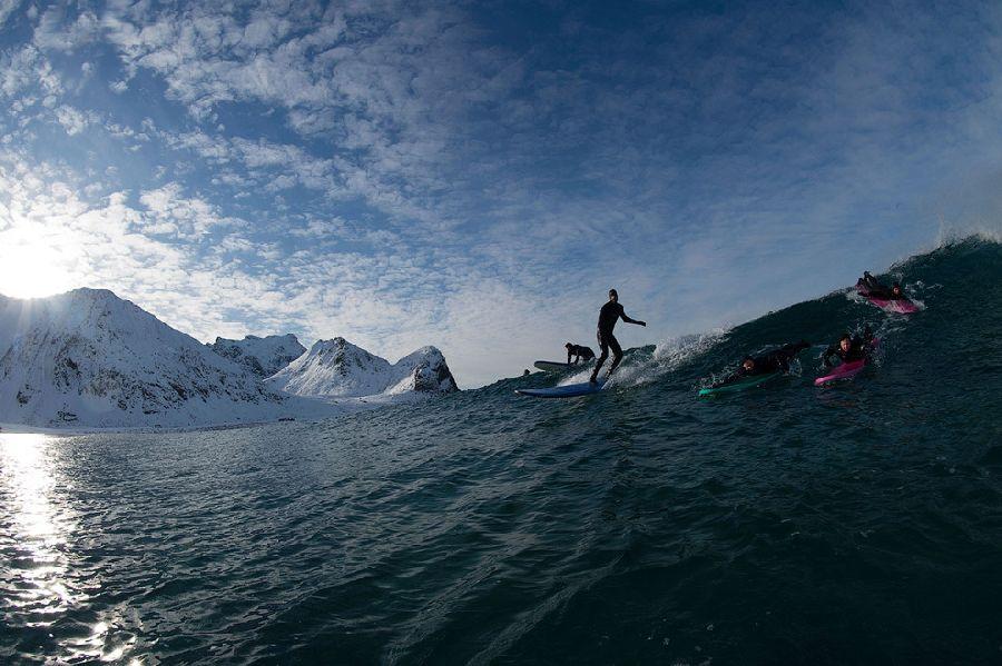 Главное – поймать волну до заснеженного берега.