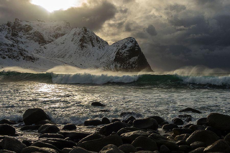 Северные волны на пляже в Флакстаде.