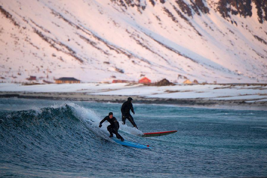 А вот и экстремалы серферы, Флакстад, Норвегия.