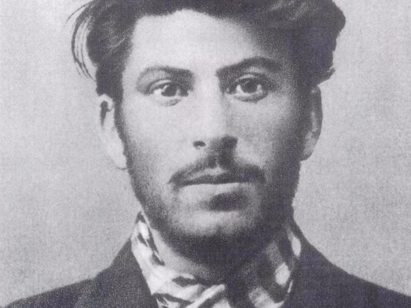Иосиф Сталин учился в семинарии, а позже работал в качестве репетитора и клерка.