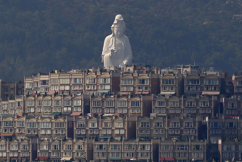 Район округа Тай-Бо Округа. Перед статуей – и дорогие элитные малоэтажные дома, жить в них может позволить себе не каждый. Фото: Jose Fuste Raga