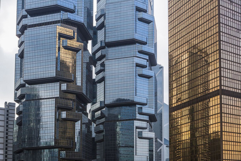 Стекло и бетон. Гонконгский офисный комплекс построенный в виде двух башен (48 этажей башни Липпо и 44-этажная Башня Сапсан). Фото: Jose Fuste Raga