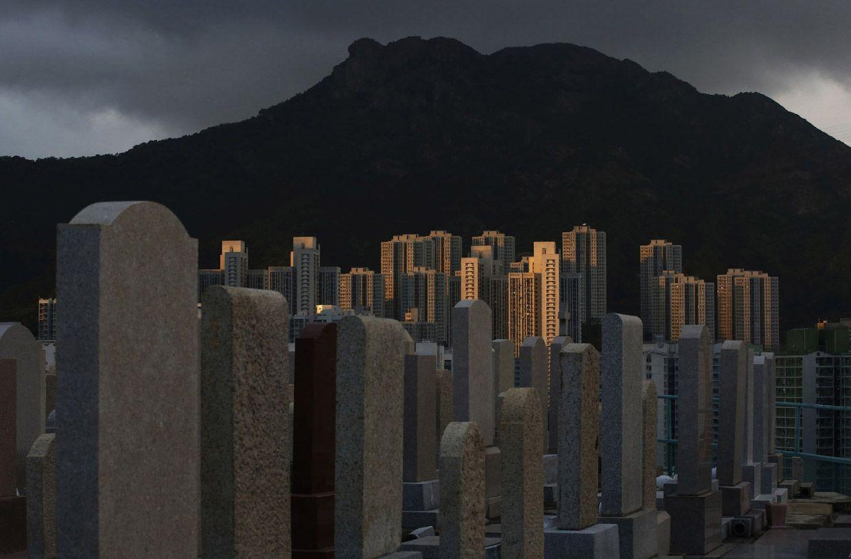 Живые и мертвые: кладбище на холме не далеко от жилых районов. Фото: Kin Cheung