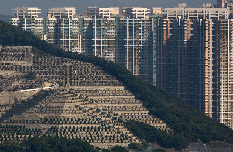 Могила на холме и жилые кварталы. Фото: Kin Cheung