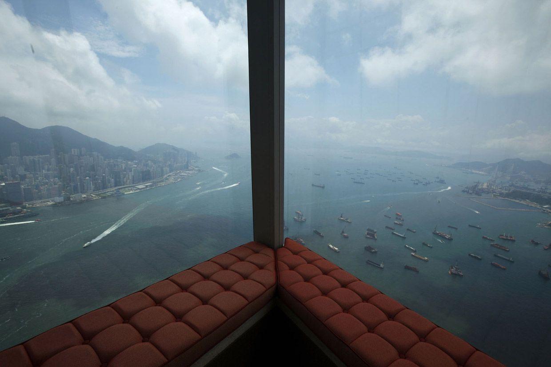 """Вид из отеля """"Ритц-Карлтон"""", который расположен в высотном здании, 118-этажный Международный коммерческий центр. Фото: Bobby Yip"""