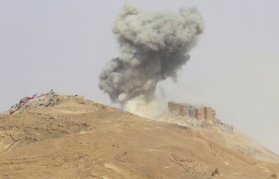 Дым над Цитаделью Пальмиры  25 марта 2016 года, в ходе военной операции сирийских войск, чтобы вернуть древний город от боевиков ИГИЛ.