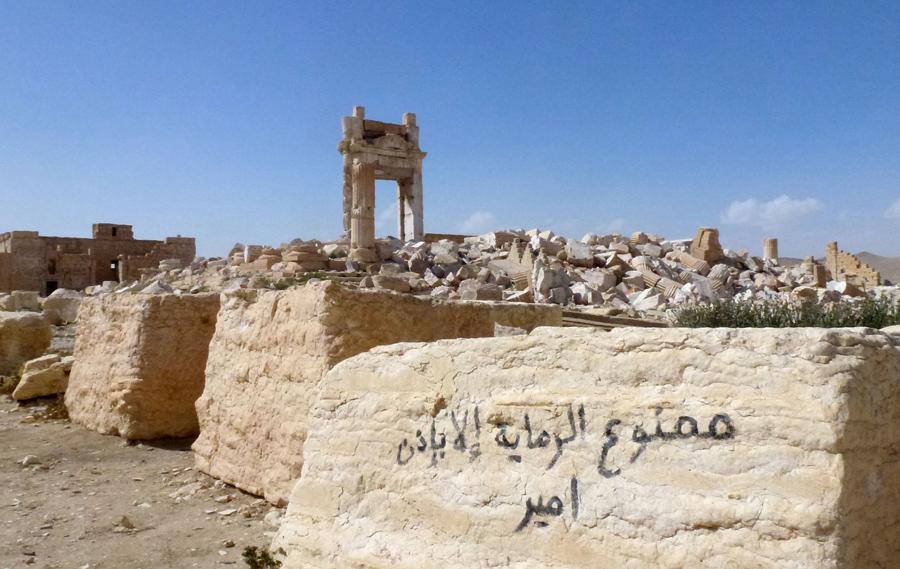 """Граффити на арабском языке: """"съемка без разрешения начальника запрещена"""" возле руин вход в культовый храм Бел, который был разрушен ИГИЛом в сентябре 2015 года в древнем городе Пальмира, правительственные войска отбили его, 27 марта 2016."""