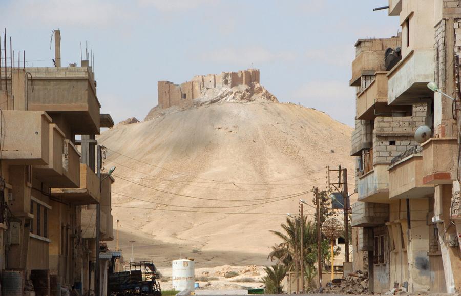 Цитадель древнего города Пальмира, вид из района современного города после того, как сирийские войска отбили город, 27 марта, 2016 года.