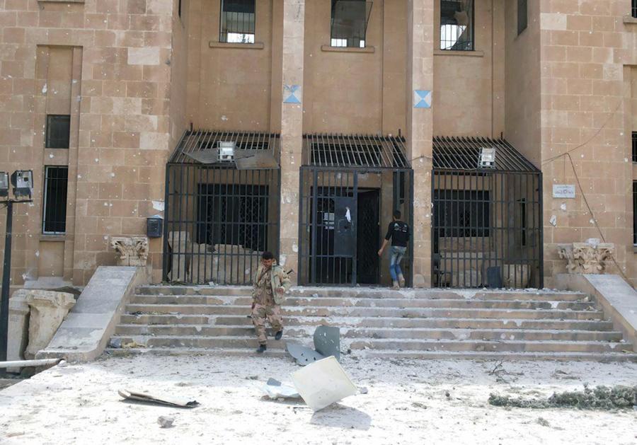 Член лояльной силы президента Сирии Башара Асада спускается по лестнице музея Пальмиры, после того, как правительственные войска отбили город.
