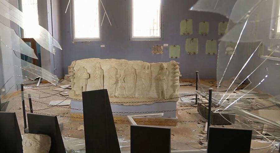 Сирийское официальное информационное агентство САНА, показывает разрушенные статуи и доказательства похищенных предметов внутри поврежденного музея Пальмире.