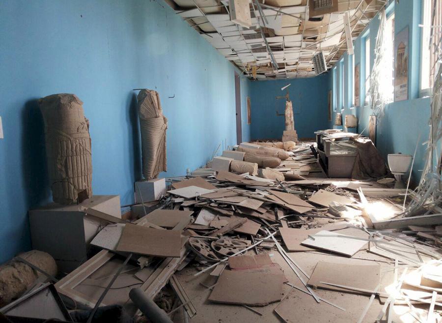 Поврежденные экспонаты внутри музея исторического города Пальмира, после того  как силы президента Сирии Асада отбили город, 27 марта 2016.