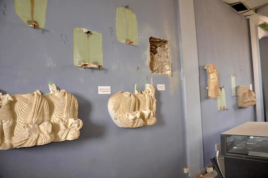 Поврежденные экспонаты внутри музея Пальмиры, 27 марта 2016.
