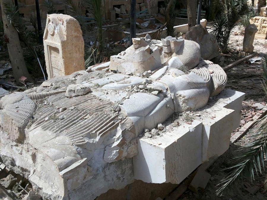 Поврежденная древняя статуя льва Аллат у входа в музей исторического города Пальмира, 27 марта 2016.