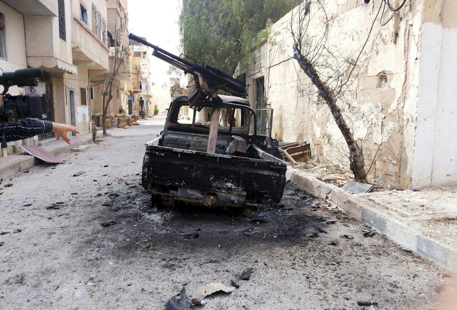 Сгоревший военный автомобиль в городе Пальмира.