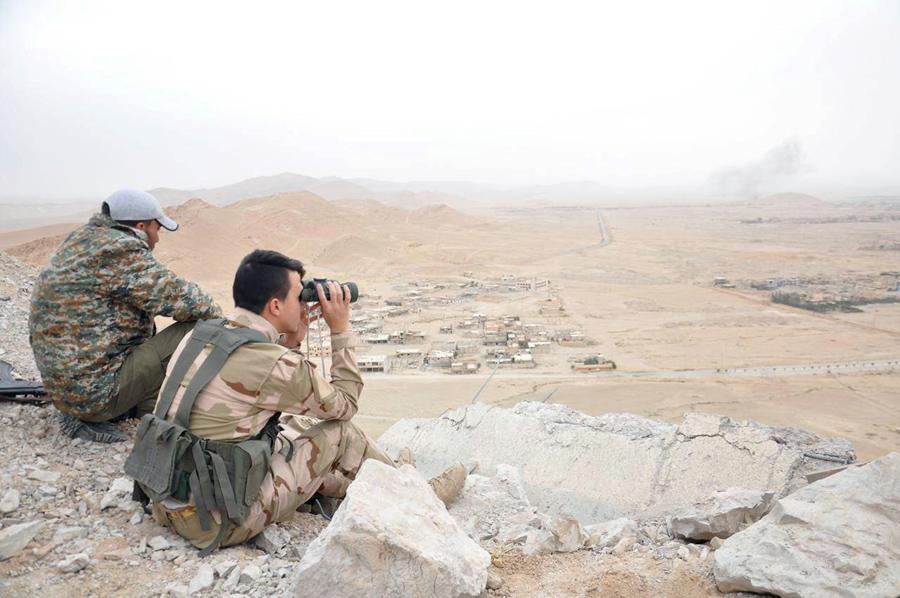 Сирийские солдаты заняли позицию на смотровой точке с видом на исторический город Пальмира, 27 марта 2016.