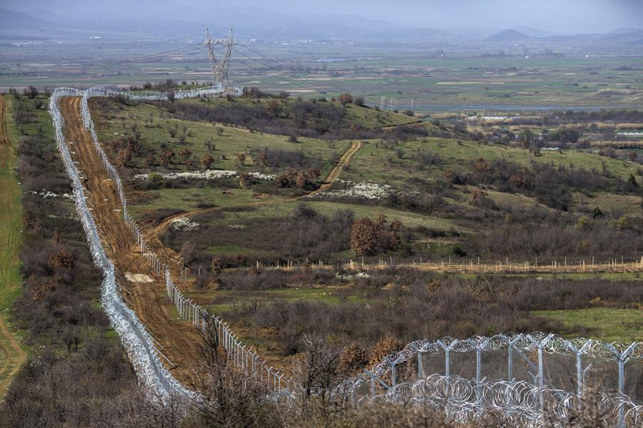 Вид на забор из колючей проволоки вдоль границы Греция-Македония, 1 марта 2016 года, недалеко от Идомени, Греция.