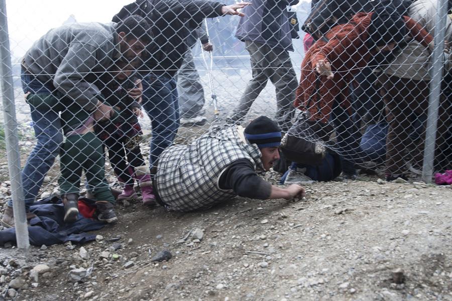 Беженцы убегают после того, как македонская полиция применила слезоточивый газ, 29 февраля 2016 года.