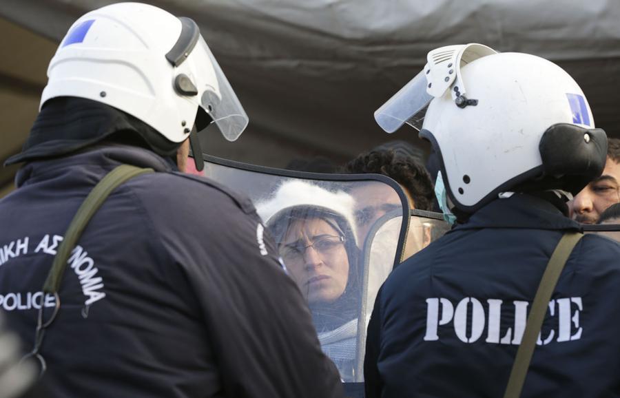 Мигранты ожидают въезда в Македонию из Греции недалеко от города Гевгелия, 2 марта 2016 года.
