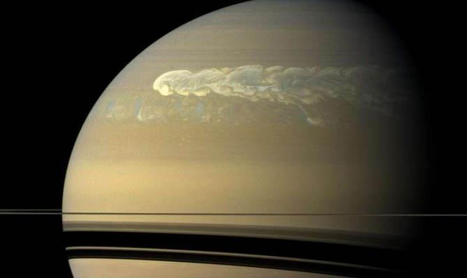 На самом деле Сатурн имеет гораздо меньшие размеры, чем это кажется наблюдателям