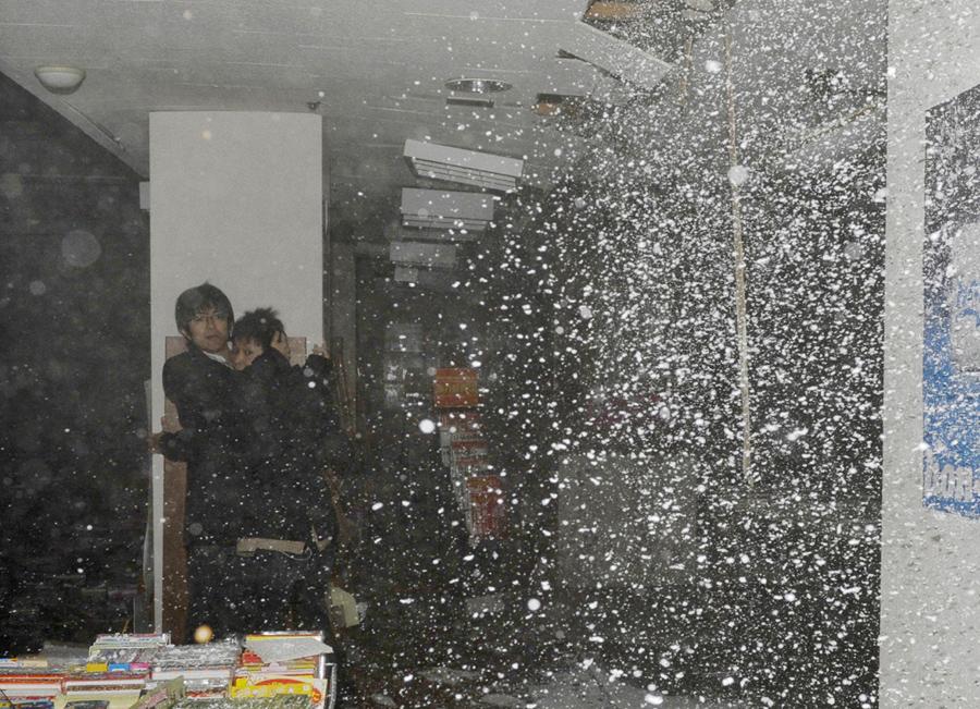 Рушится потолок в книжном магазине во время землетрясения в г. Сендай, на северо-востоке Японии, 11 марта 2011 года.
