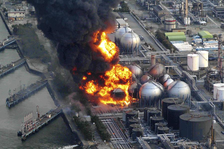 Разрушенные резервуары с природным газом после землетрясений, на нефтеперерабатывающем заводе в городе Итихара, Префектура Тиба, возле Токио, 11 марта 2011 года.