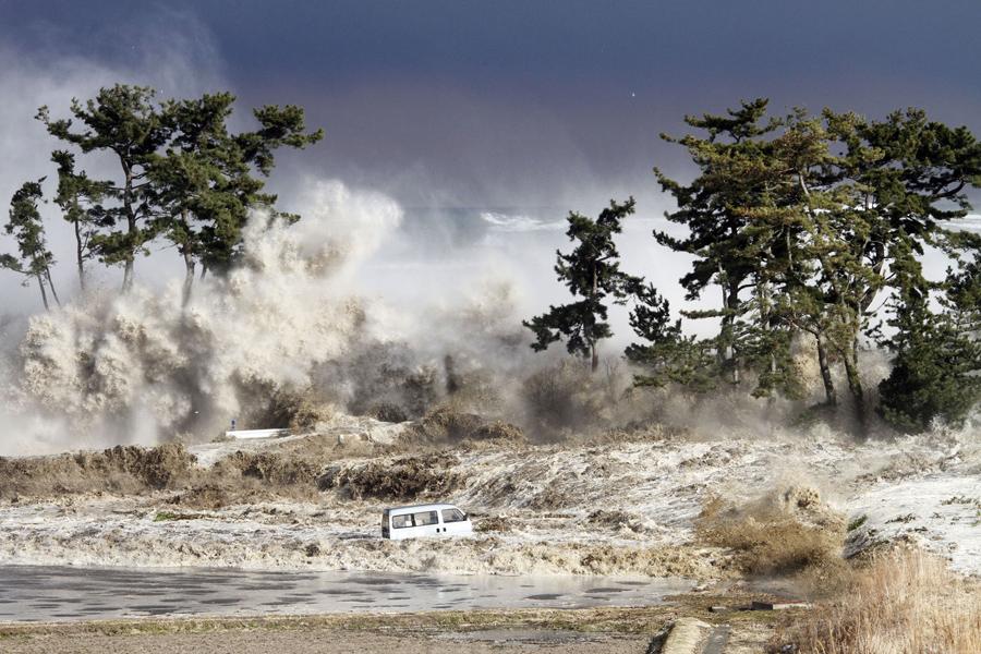 Волны цунами обрушелись на побережье Минамисома в префектуре Фукусима, фотография сделана11 марта 2011 года.