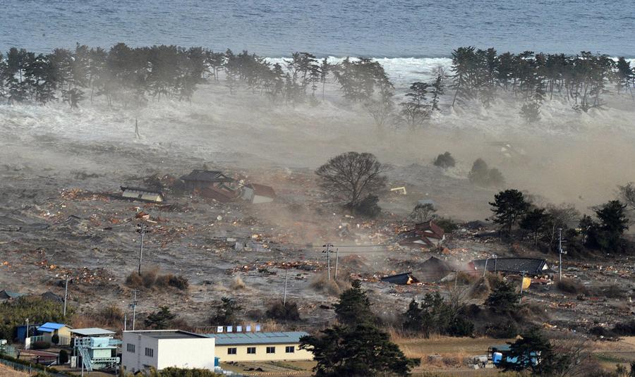 Разрушенные дома в городе Натори на северо-востоке Японии, 11 марта 2011 года.