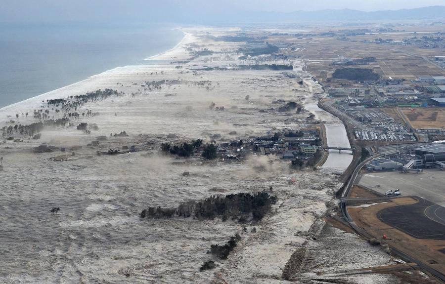 Разрушительное цунами на северо-востоке Японии, 11 марта 2011 года.