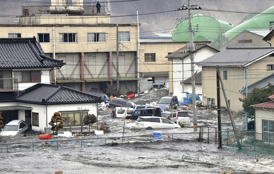 Затопленные улицы после цунами и землетрясения в городе Кэсэннума, Префектура Мияги, 11 марта 2011 года.