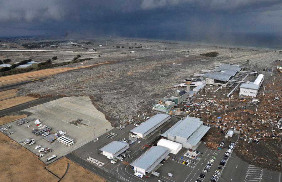 Аэропорт Сендай охватило цунами, 11 марта 2011 года.