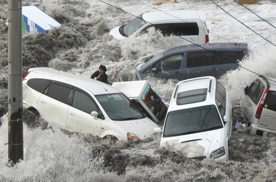 Тойя Чиба, репортер местной газеты Иватэ Токай Симбун. Порт Камаиси охватило цунами в префектуре Иватэ, 11 марта 2011, Тибе удалось пережить цунами он успел схватиться за обломаную ветку дерева.