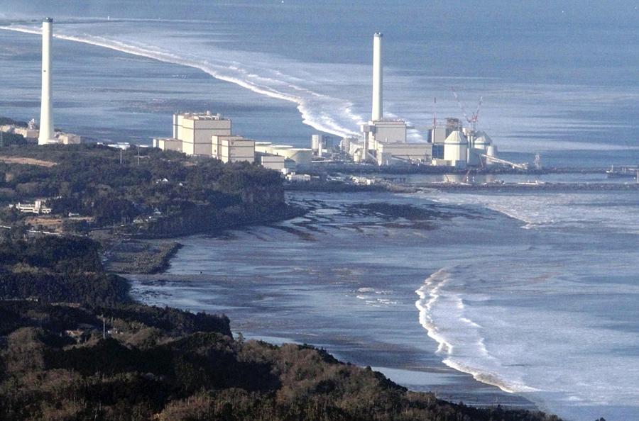 Электростанции Хироно. На фото видно как идет волна после землетрясения в городе Хироно, Префектура Фукусима, 11 марта 2011 года.