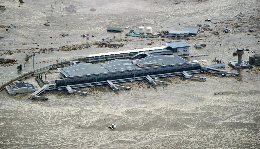 Аэропорт Сендай находится в окружении бурлящей воды после цунами и землетрясения в г. Сендай, Япония, 11 марта 2011 года.